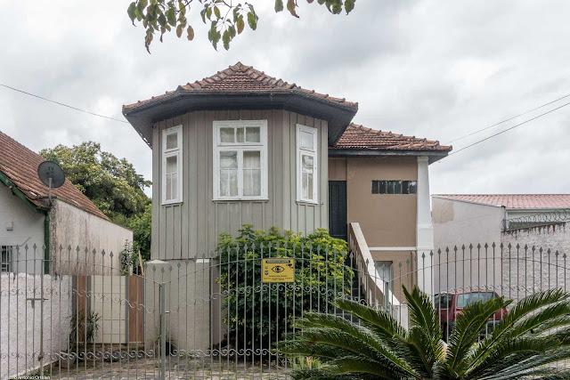 Casa de madeira com um meio hexágono