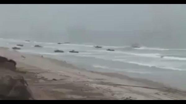 بالفيديو ضخامة الإنزال البحري لدبابات برمائية ومشاركة الاباتشي لتحرير ميناء ومدينة الحديدة