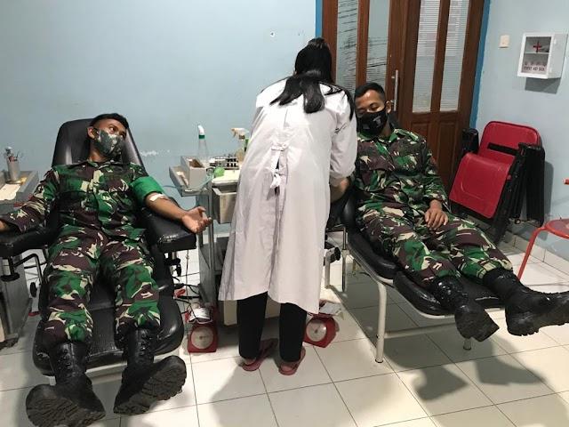Butuh Golongan Darah B, Personel Satgas Yonif Raider 100/PS Respon Cepat Donorkan Darah