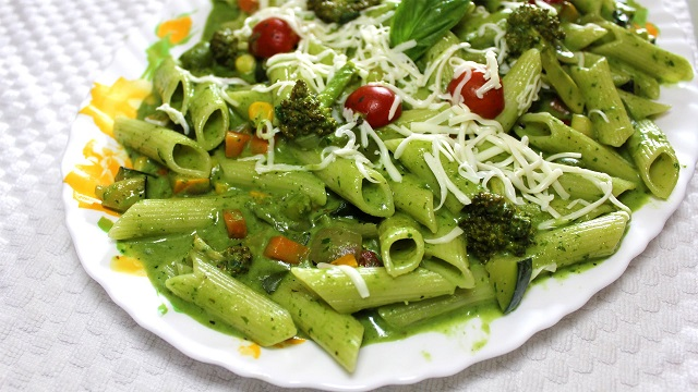 Healthy-breakfast-in-the-afternoon-spinach-pasta