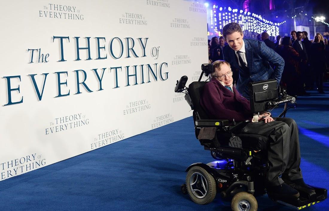 Eddie Redmayne và Stephen Hawking ở buổi ra mắt phim The Theory of Everything (Thuyết Yêu Thương hay Thuyết Vạn Vật) tại Odeon, Quảng trường Leicester vào tháng 12 năm 2014. Hình ảnh: Joanne Davidson/Silverhub/Rex/Shutterstock.
