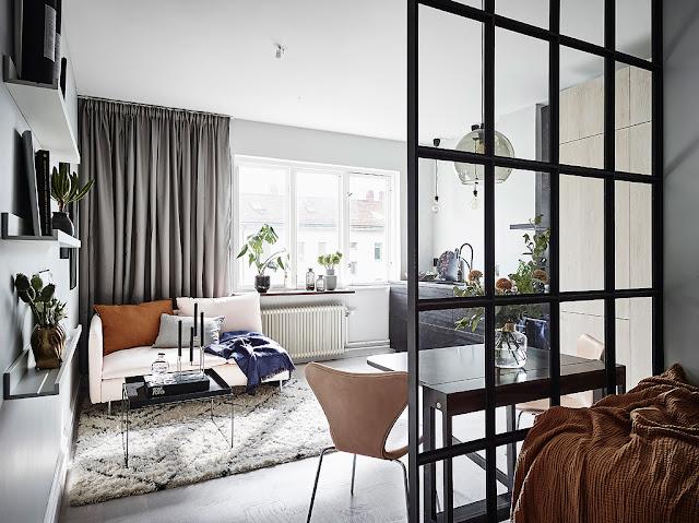 Dormitor amenajat în holul de la intrare într-o garsonieră de 26 m²