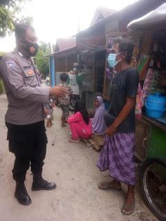 Ingatkan Prokes Pada Warganya, Bhabinkamtibmas Pulau Kodingareng Rutin Sambang