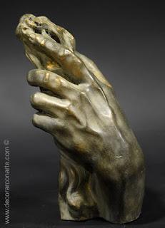 Main de Zeus portant le faisceau