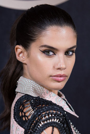 Model sara Sampaio red carpet fashion dress photo