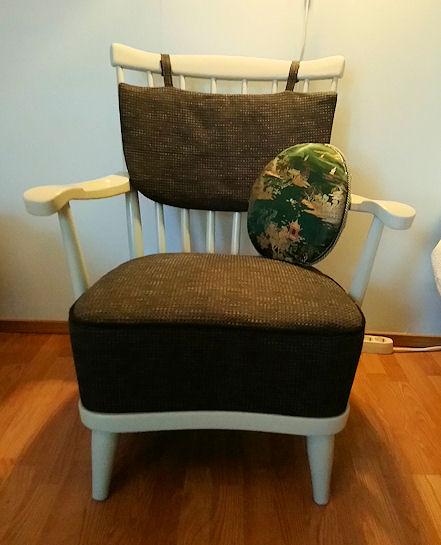 Sama tuoli, uusin pehmustein ja verhoiltuna.