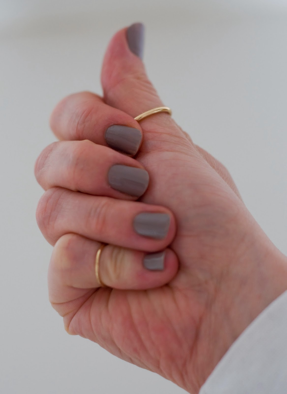 delikatny kolor lakieru na paznokciach