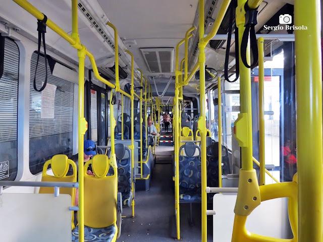 Vista ampla do interior de um dos ônibus articulados do Sistema de Transporte Fura-Fila - São Paulo