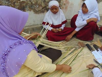 Langkah 4 pembuatan besek/piti mulai membuat anyaman dasar untuk membuat besek bambu