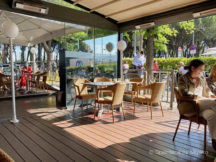コロナ対策の規制緩和で営業再開したマドリードのカフェのテラス席