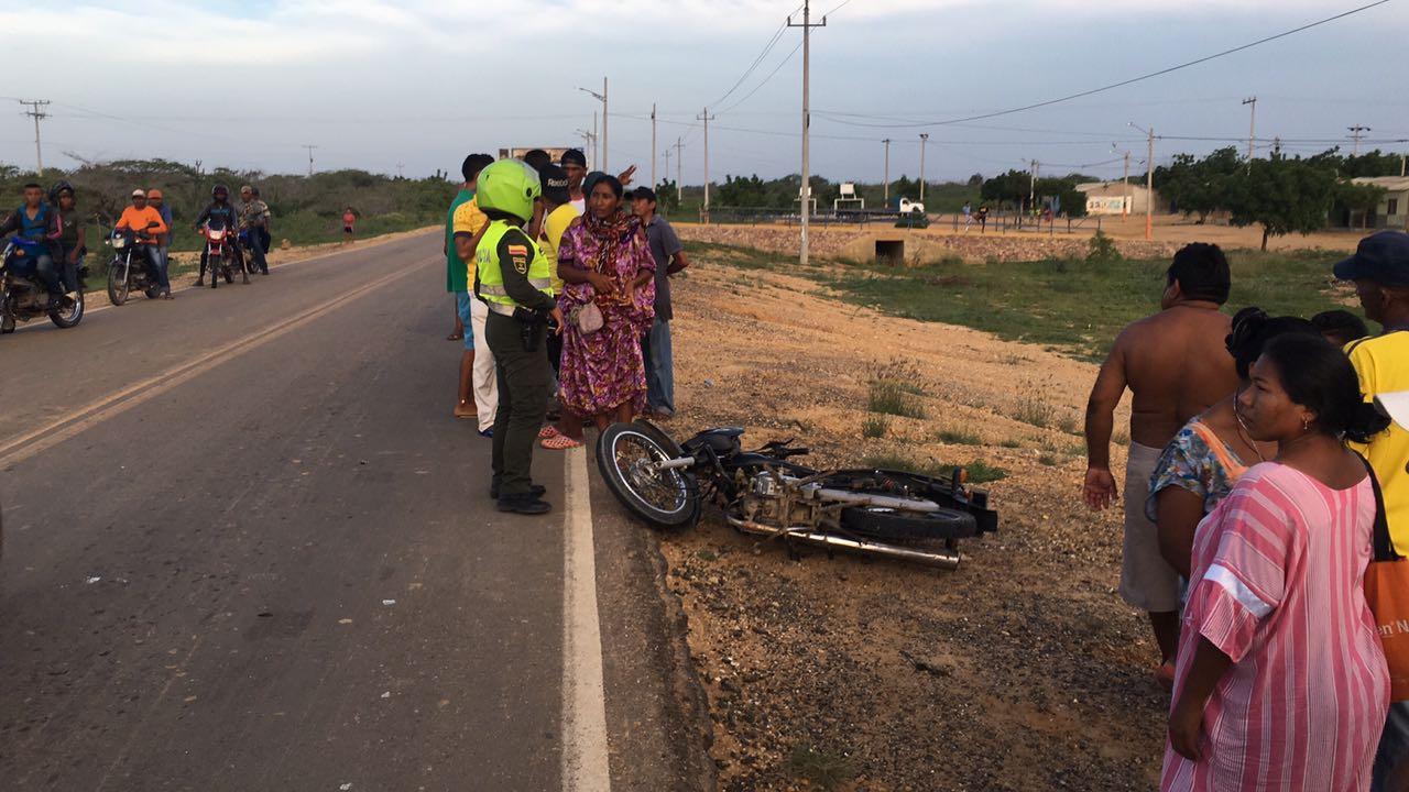 hoyennoticia.com, Mujer Wayuu murió al chocar su moto contra un camión salero