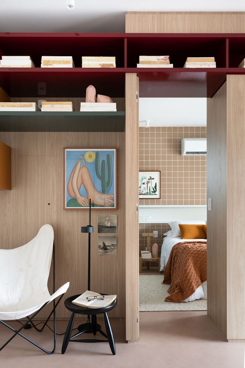 Separar habitaciones con muebles en lugar de con paredes: mobiliario divisorio a medida.