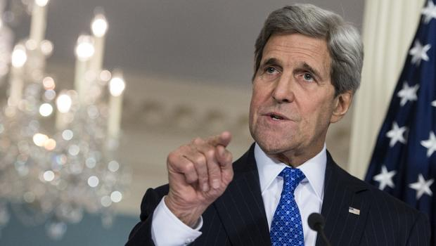 O secretário de Estado norte-americano, John Kerry, negou neste domingo (30) ter cooperado com o FBI depois que a polícia federal relançou o caso do uso de um servidor privado para enviar e-mails pela candidata presidencial Hillary Clinton