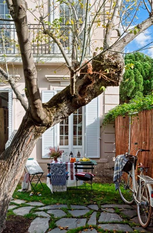 mesa y sillas de jardin con atrezzos de la firma Lexington