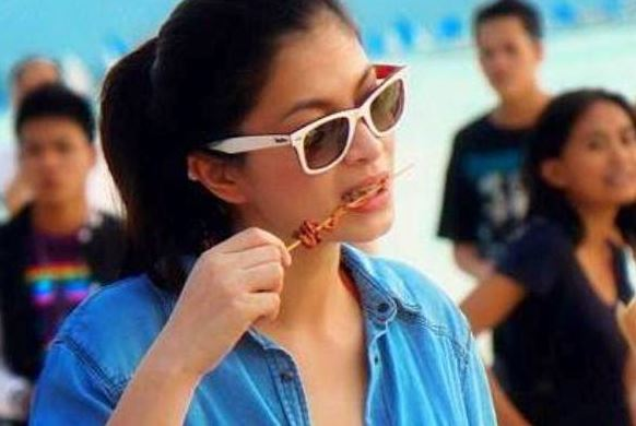 Angel Locsin Was Spotted Enjoying Eating Isaw And Burger In Boracay!