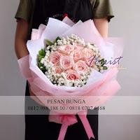 bunga valentine, buket bunga dan cokelat, buket bunga ferrero rocher, buket bunga mawar, bunga mawar valentine, handbouquet mawar, buket rose pink, toko bunga, florist jakarta, toko bunga jakarta barat
