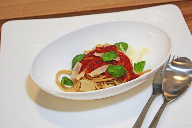 kaquus hausmannskost nachweihnachtlich ein sch lchen spaghetti mit tomatensauce. Black Bedroom Furniture Sets. Home Design Ideas
