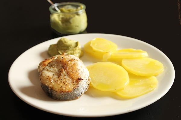 Merluza a la plancha con guacamole y patatas al vapor