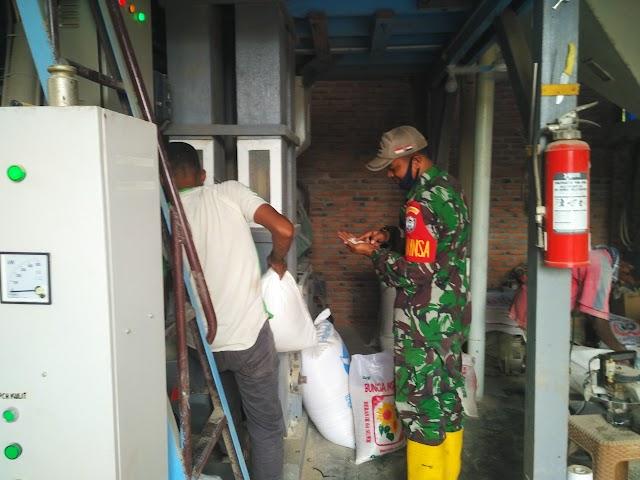 Pastikan Stok Beras Aman, Babinsa 06/Dam Sambangi Kilang Padi