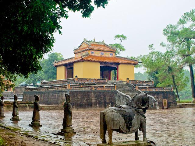 Patio de Honor y Pabellón de la Estela de la Tumba Minh Mang en Hué, Vietnam