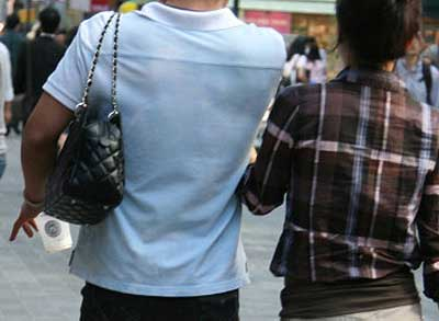 5 Alasan Tidak  Menyuruh Pria Membawakan Tas Tanganmu!