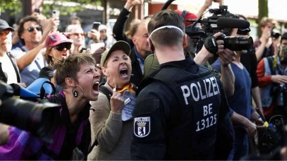 Η γερμανική αστυνομία, κατέγραψε αρκετές παραβιάσεις του μέτρου της υποχρεωτικής χρήσης μασκών Εκατοντάδες άνθρωποι συμμετείχαν σε κινητοποιήσεις εναντίον των περιοριστικών μέτρων για την αποτροπή της εξάπλωσης της πανδημίας του νέου κορωνοϊού οι οποίες οργανώθηκαν στο κέντρο του Μονάχου χθες Κυριακή.  Μια αυτοκινητοπορεία πέρασε από αρκετά τμήματα του κέντρου της γερμανικής μεγαλούπολης χθες το απόγευμα. Συμμετείχαν περίπου 200 άνθρωποι με 95 οχήματα, σύμφωνα με την αστυνομία.  Μια δεύτερη κινητοποίηση, συγκέντρωση στην οποία πήραν μέρος περίπου 250 άνθρωποι, έγινε αργότερα στην πλατεία Γκεσβίστερ-Σολ. Ήταν επίσης παρόντες αντιδιαδηλωτές, όχι πολύ περισσότεροι από δέκα.  Η γερμανική αστυνομία, η οποία ανέπτυξε περίπου 500 μέλη της στις κινητοποιήσεις, κατέγραψε αρκετές παραβιάσεις του μέτρου της υποχρεωτικής χρήσης μασκών.