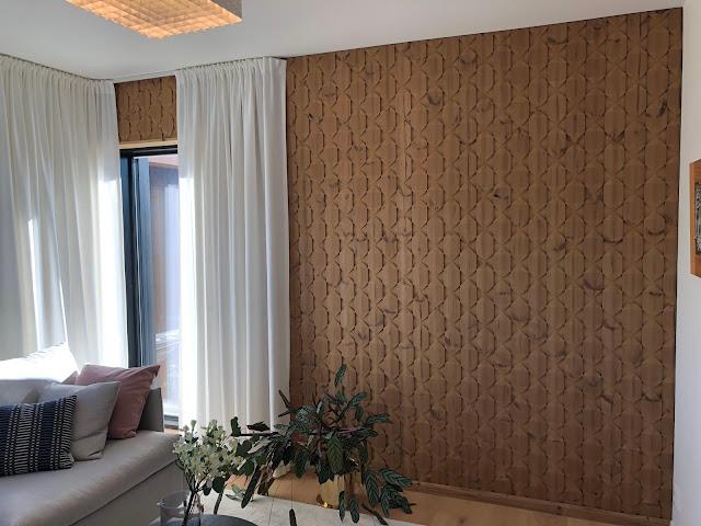 Puuta tuotu seinälle kuvioidussa muodossa