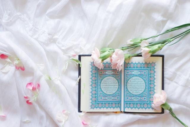 Foto Al-qur'an dan bunga