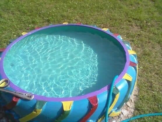 مسبح للأطفال مصنوع بعجلة تالفة