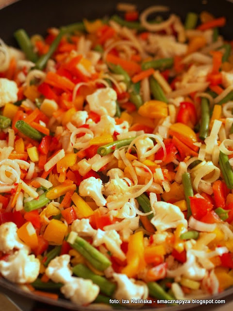 zupa jarzynowa, zupy, zupa dnia, wloszczyzna, jarzyny, mieszanka kolorowych warzyw, peczak, kasza, warzywa z kasza, domowe jedzenie, smak lata, pomidory