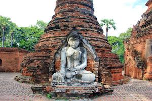 Estatua de buda en Ava (Pagoda Yadanasini)