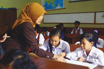 Salah satu syarat utama penerima insentif bagi guru honorer