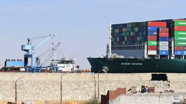 La nave container Ever Given ancora bloccata nel Canale di Suez per questioni legali