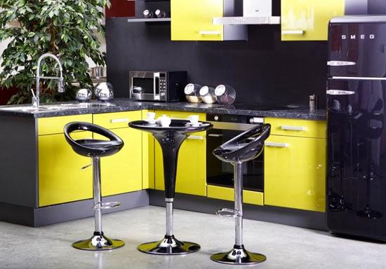 cocina decorada en amarillo y gris
