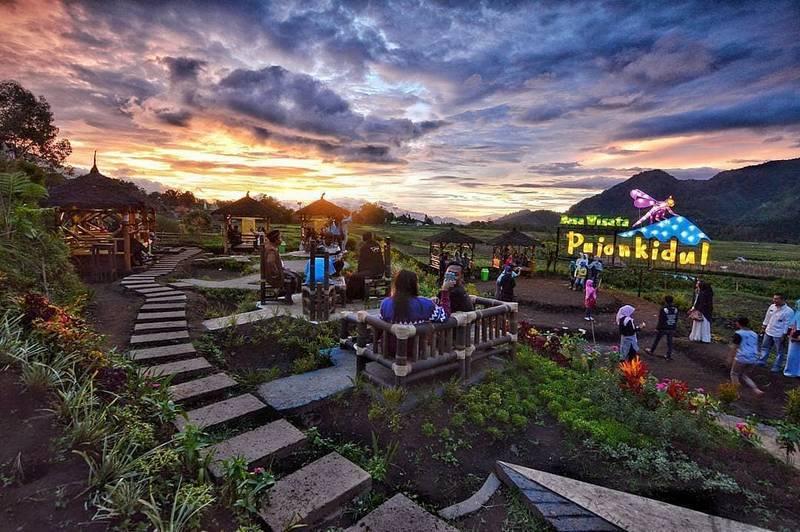Cafe Sawah Pujon Kidul Sore Hari (instagram.com)