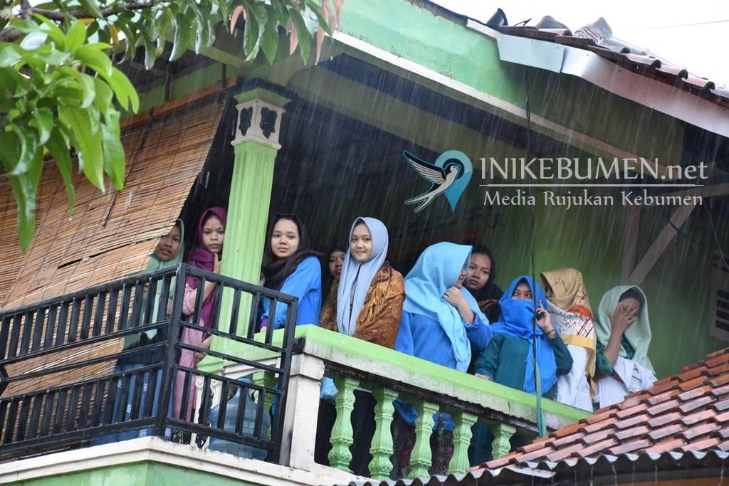 Diterjang Banjir, Warga Bandung Mengungsi ke Masjid
