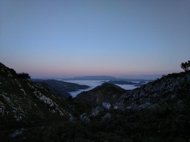 Amanecer desde el Mirador de la Reina subiendo a Lagos de Covadonga