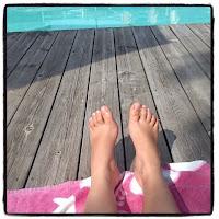 pieds au bord de la piscine