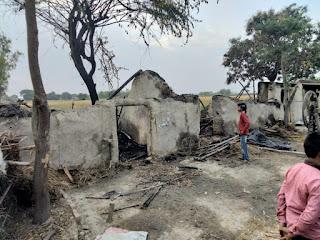 छप्पर में आग लगने से पिता पुत्र व तीन मवेशी झुलसे | #NayaSaberaNetwork