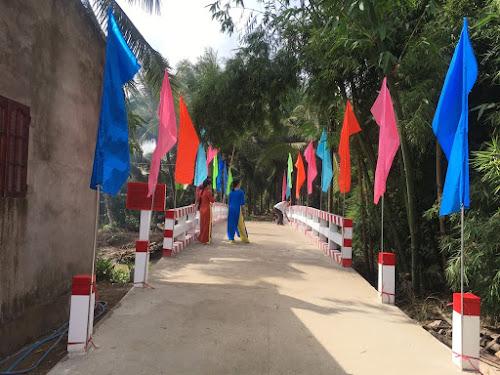 Một cây cầu nông thôn miền Tây vừa được xây dựng xong trong chương trình xây cầu từ thiện có sự tham gia của Đông Quang và các bạn