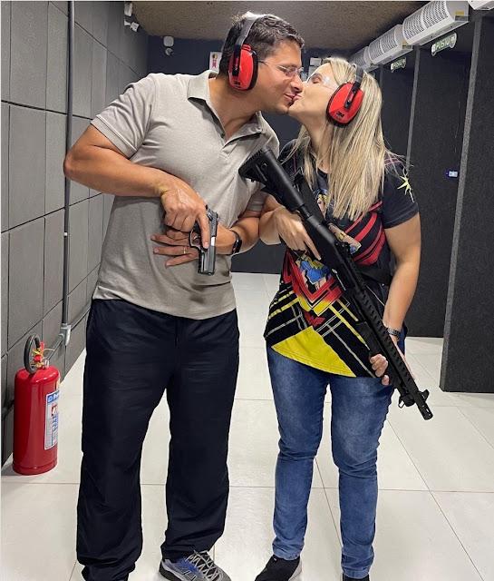 Ao posar com armas a Deputada evangélica Clarissa Tércio envergonha o evangelho para agradar a Bolsonaro