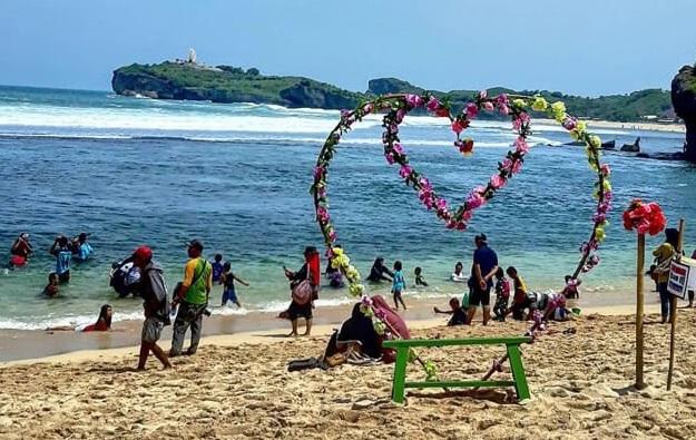 wisata-keluarga-pantai-sadranan