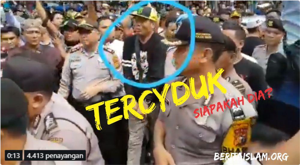 Tercyduk Camera! Provokator Kerusuhan Surabaya Berada di Barisan Aparat Kepolisian