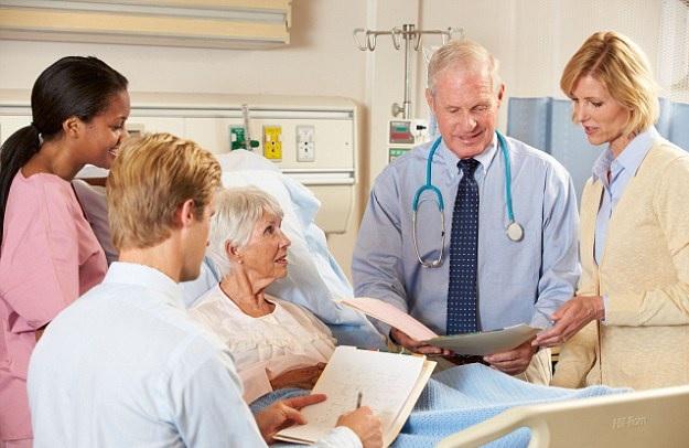 Mjekë duke komunukuar me një pacient të sëmurë rëndë