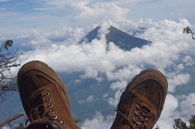 Pemandangan Puncak Buntu di Atas Awan Gunung Sumbing