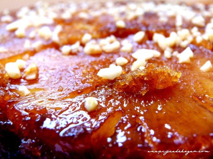 detalle de la tarta con la piña y el caramelo brillante