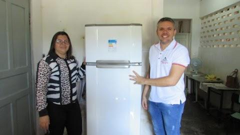 Secretaria de Educação entrega mais um refrigerador à educação de Umarizal