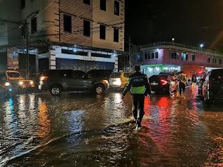 Meski Hujan Lebat, Personil Satlantas Polres Parepare tetap Melakukan Pengaturan Lalulintas