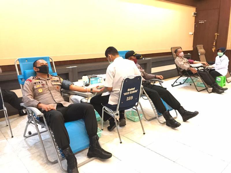 Donorkan Darah, Bagikan Sembako hingga Makan Siang untuk Warga Bukti Keseriusan Jajaran Polres Tanjungpinang Tangani Covid-19