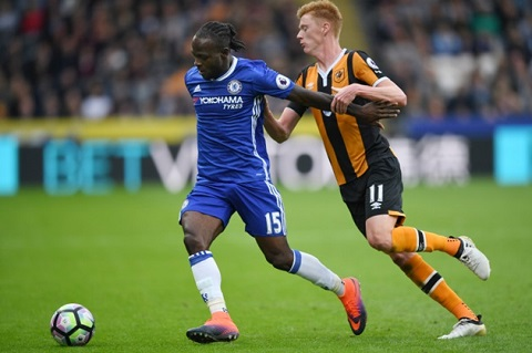 Victor Moses thể hiện trên sân cỏ trong màu áo của Chelsea